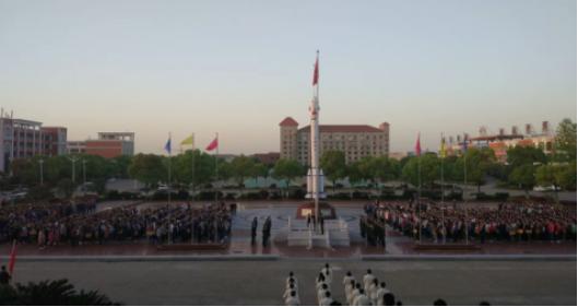 计算机信息工程学院全院师生在神剑广场举行升旗仪式